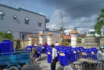 """""""Tặng bồn trữ nước, khắc phục hạn mặn""""- Chương trình an sinh xã hội của Công đoàn cơ sở Phân hiệu ĐHQG-HCM tại tỉnh Bến Tre"""