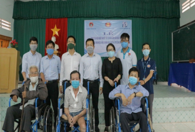 Trao tặng 80 chiếc xe lăn tình thương cho người khuyết tật tỉnh Bến Tre