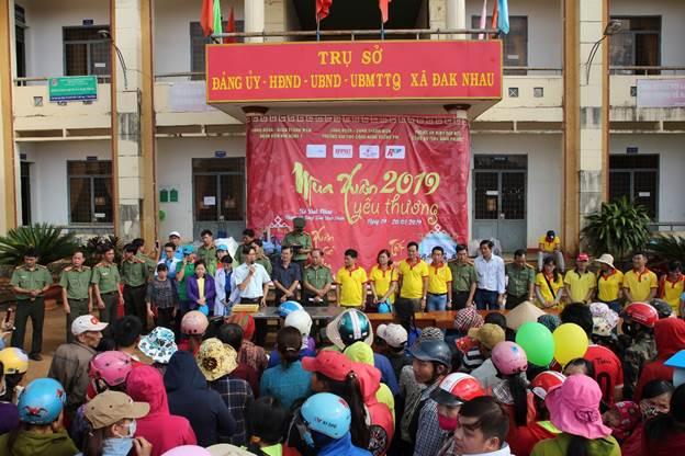 Đại diện BCH Công đoàn và lãnh đạo Công an tỉnh Bình Phước tặng quà cho đồng bào