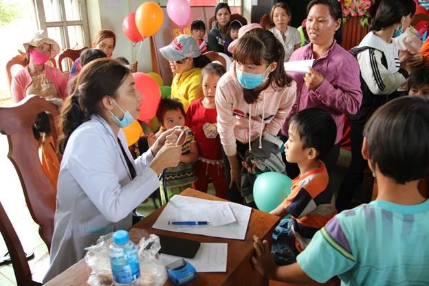 Bác sĩ Bệnh viện Nhi đồng 1 khám bệnh cho các em thiếu nhi