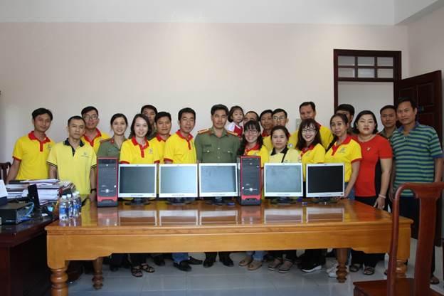 Công đoàn Trường ĐH Công nghệ Thông tin tặng quà cho đồng bào vùng khó khăn